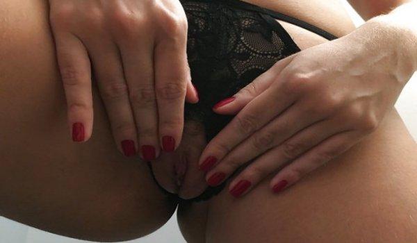 Gostosa de calcinha preta mostrando a buceta