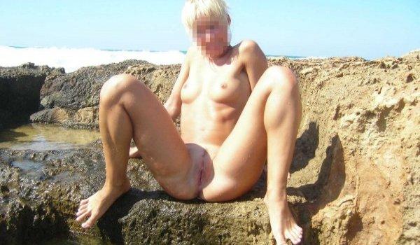 Loira mostrando o grelo na praia