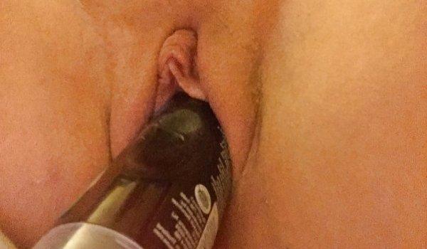 Putona se masturbando com um vidro de shampoo