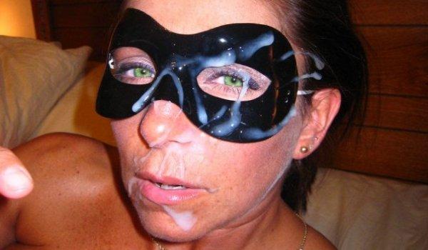 Tesuda mascarada paga um boquete e recebe porra na cara