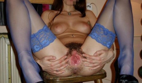 Amadora abre as pernas e mostra a buceta cabeluda