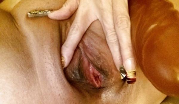 Imagem para Amadora quente abrindo o grelo