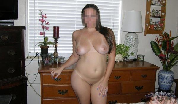 Novinha pelada com marquinha de biquini no corpo