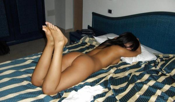 Gostosa pelada na cama