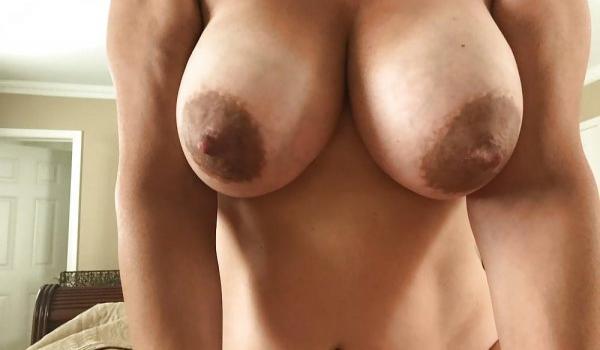 Amadora com os peitos naturais nus
