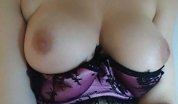 Loira novinha caiu na net mostrando os peitinhos empinados