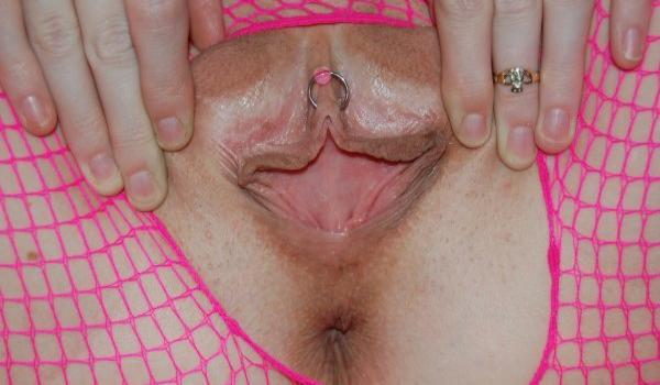 Loirinha mostrando o piercing na rachada