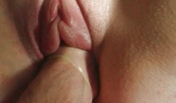 Marido enfia a mão no grelo da esposa