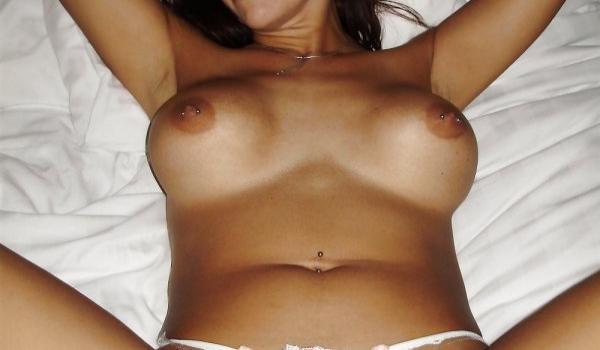 Amadora sexy com piercing nos mamilos