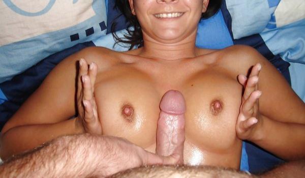 Colocando a rola no meio dos peitos da amadora