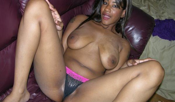 Negra amadora mostrando os seios naturais