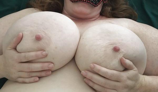 Imagem para Gorda mascarada segurando os peitões