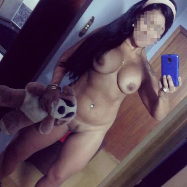 morena-sarada-tirando-selfie-dos-peitos-11