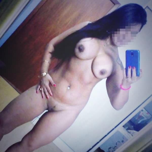 morena-sarada-tirando-selfie-dos-peitos-15