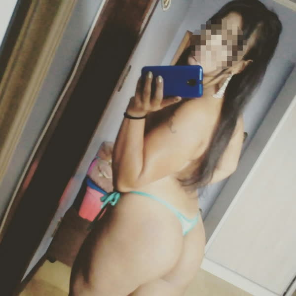 morena-sarada-tirando-selfie-dos-peitos-3