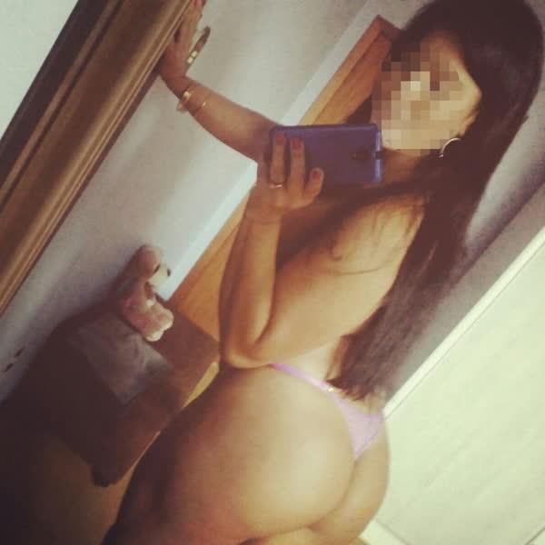 morena-sarada-tirando-selfie-dos-peitos-8