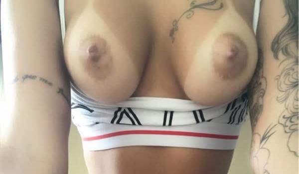 Ninfetinha tatuada se mostrando em fotos peladas