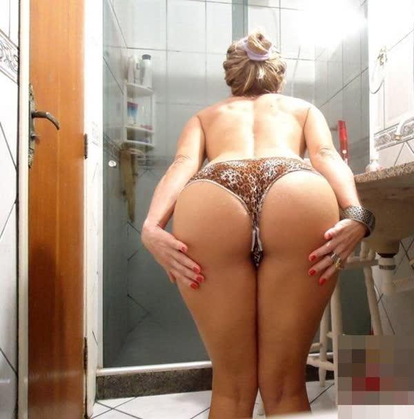 loira-amadora-mostrando-a-bunda-no-banheiro-2
