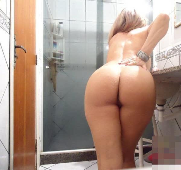 loira-amadora-mostrando-a-bunda-no-banheiro-6