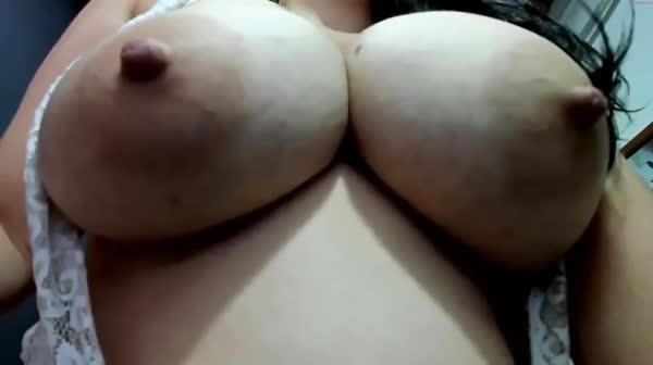 amadora-mostrando-os-peitos-na-webcan-12
