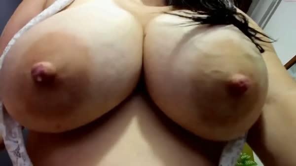 amadora-mostrando-os-peitos-na-webcan-19