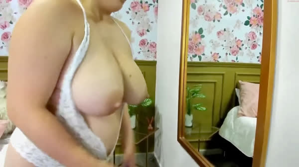 amadora-mostrando-os-peitos-na-webcan-21
