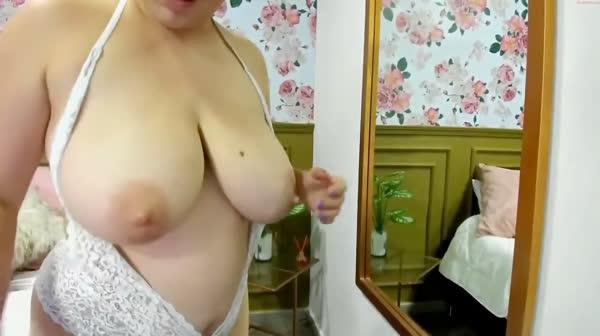 amadora-mostrando-os-peitos-na-webcan-23