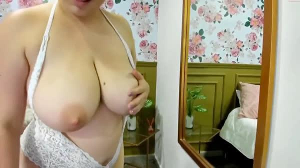 amadora-mostrando-os-peitos-na-webcan-24