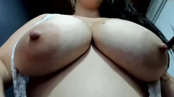 amadora-mostrando-os-peitos-na-webcan-9