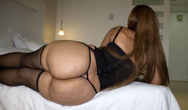 Latina com a calcinha atolada na big bunda