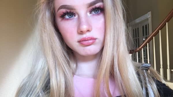 loirinha-de-olhos-azuis-peladinha-1