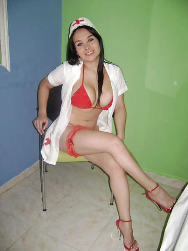 mexicana-fantasiada-de-enfermeira-sexy-11
