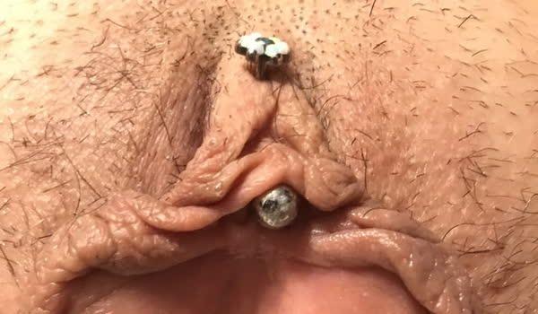 Amadora safada com piercing no bucetão