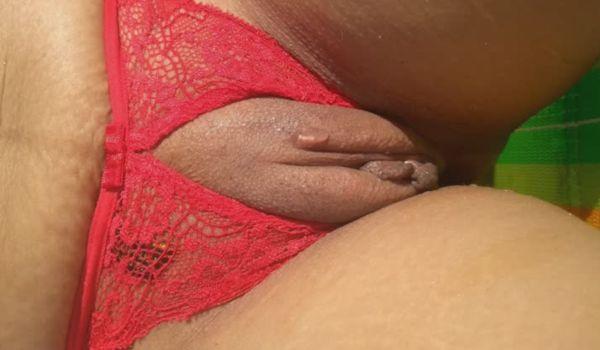 Morena gostosa mostrando a vagina na praia