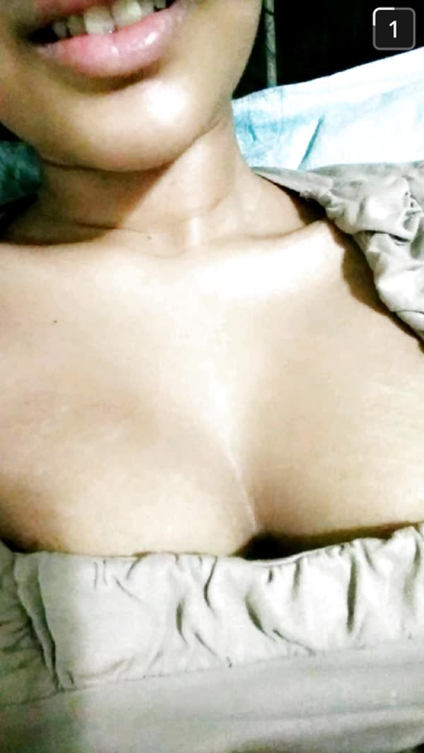 putinha-quente-mostrando-os-peitinhos-deliciosos-6