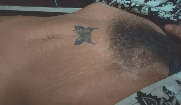 Peludinha amadora com tatuagem de borboleta