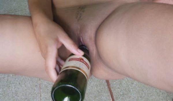 Puta tesuda metendo na buceta uma garrafa