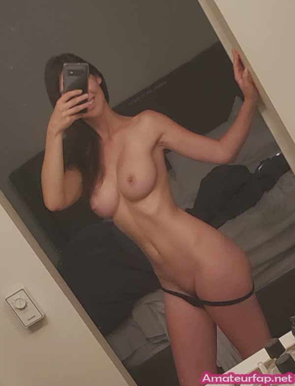 gostosa-tirando-selfie-dos-seios-lindos-7
