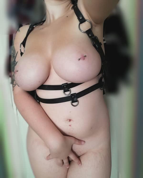 tetuda-mostra-os-piercings-nos-mamilos-11