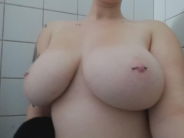 tetuda-mostra-os-piercings-nos-mamilos-12