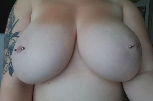 tetuda-mostra-os-piercings-nos-mamilos-13