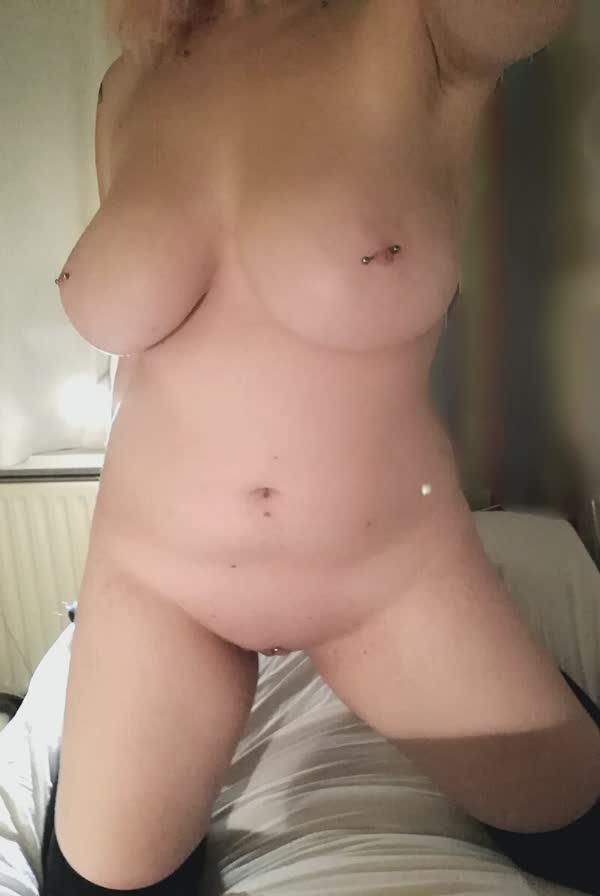 tetuda-mostra-os-piercings-nos-mamilos-3