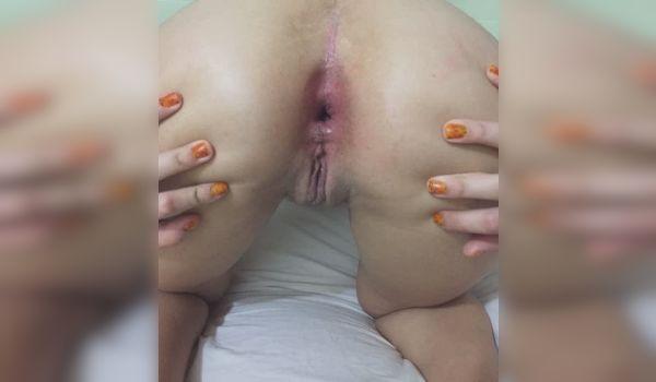 Imagem para Branquinha exibindo o cu gostoso