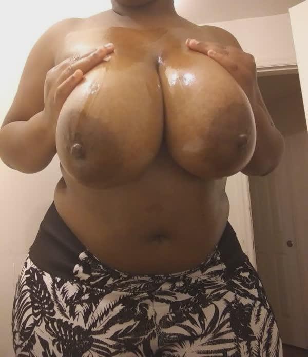negona-tesuda-mostra-os-belos-peitoes-1