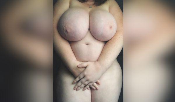 Branquinha amadora mostra os peitões grandes
