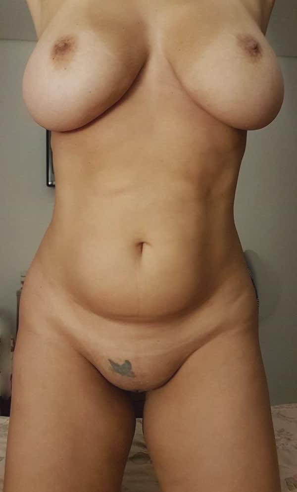madura-adora-mostrar-os-peitoes-em-fotos-caseiras-1