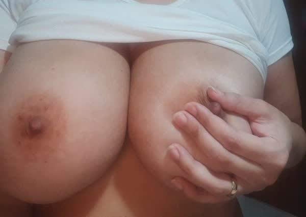 madura-adora-mostrar-os-peitoes-em-fotos-caseiras-4