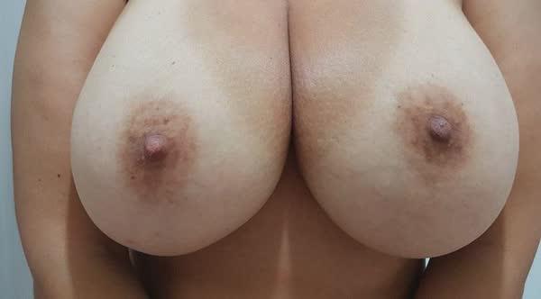 madura-adora-mostrar-os-peitoes-em-fotos-caseiras-6